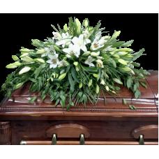 КРЕМАЦИОННАЯ КОМПОЗИЦИЯ ИЗ ЖИВЫХ ЦВЕТОВ «ЛИЛИЯ» на крышку гроба (0,8 м) 135